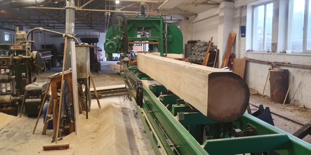 At our sawmill near Šumperk, we produce construction lumber in lengths from 2 meters up to above-standard 13 meters. Also carpentry lumber, fuel lumber, pallet blanks and more.
